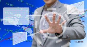 Inwestor analizuje dane z dotyka ekranu komputerem obrazy royalty free