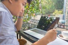 Inwestor ogląda zmianę rynek papierów wartościowych na laptopie obrazy stock