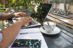 Inwestor pracuje na laptopie i ogląda zmianę rynek papierów wartościowych fotografia stock