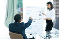 Inwestor pyta pytania biznesowa prezentacja zdjęcie stock