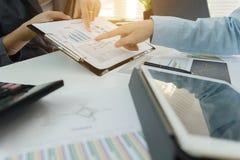 Inwestora kierownictwo dyskutuje planu wykresu pieniężnych dane Zdjęcia Royalty Free