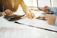 Inwestora kierownictwo dyskutuje planu wykresu pieniężnych dane na biurze obrazy royalty free