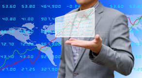 Inwestora udzielenie analizuje giełda papierów wartościowych dane Fotografia Royalty Free