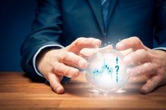 Inwestorski przepowiedni pojęcie z kryształową kulą obraz royalty free