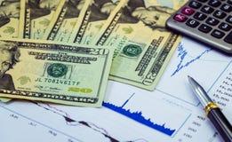 Inwestuje pieniądze od rynku papierów wartościowych i zarabia Obraz Stock