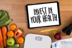 Inwestuje w twój zdrowie, Zdrowy stylu życia pojęcie z dietą i obraz stock