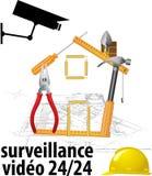 Inwigilaci kamera i ochrony pojęcie - Zamyka w górę inwigilaci cctv kamery na bramie budów ludzie z racy światłem Obraz Stock