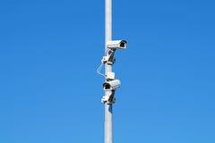 Inwigilacj kamery przeciw niebieskie niebo ochrony Cctv Obrazy Stock