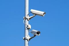Inwigilacj kamery przeciw niebieskie niebo ochrony Cctv Zdjęcia Royalty Free