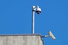 Inwigilacj kamery przeciw niebieskie niebo ochrony Cctv Zdjęcia Stock