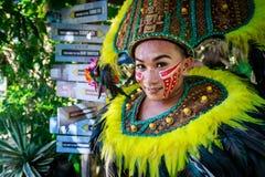 Inwoner geklede danser in Crystal Cove in de Filippijnen stock foto