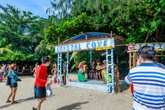 Inwoner geklede danser in Crystal Cove in de Filippijnen royalty-vrije stock foto's