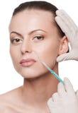 Inyección cosmética del botox en la cara de la belleza Fotos de archivo libres de regalías