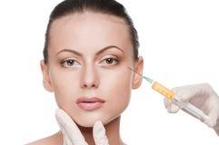 Inyección cosmética del botox en la cara de la belleza Fotos de archivo