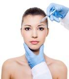 Inyección de Botox en la ceja Imagen de archivo libre de regalías