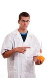 Inyección en las frutas. Fruta genético modificada Foto de archivo