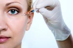 Inyección para el rejuvenecimiento de la piel alrededor de los ojos Foto de archivo libre de regalías