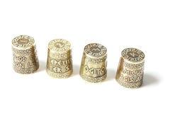 Inzameling geplaatst ot vier decoratieve vingerhoedjes met ets met Griekse aforismen stock afbeeldingen