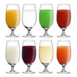 Inzameling (plaats) van glazen met diverse dranken Stock Foto