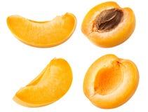 Inzameling van abrikoos De reeks verse die abrikozenvruchten sneed plakken op witte achtergrond, met het knippen van weg worden g royalty-vrije stock fotografie