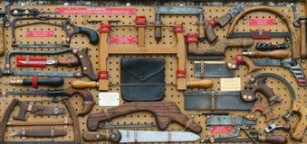 Inzameling van Antieke Zagen bij de Markt van het Land Royalty-vrije Stock Fotografie