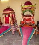 Inzameling van bussen in het Stadspaleis in Jaipur, India stock foto