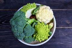 Inzameling van de broccoli en de bloemkool van Romanesco op de keukenlijst Low-calorie voedingsproducten royalty-vrije stock foto