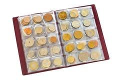 Inzameling van de muntstukken van het wereldgeld in album Stock Afbeelding