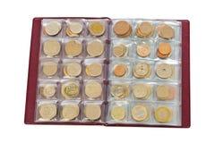 Inzameling van de muntstukken van het wereldgeld in album Royalty-vrije Stock Fotografie