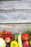Inzameling van diverse groenten en vruchten op rustieke houten bac stock afbeeldingen