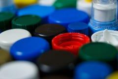 Inzameling van diverse kleurrijke plastic kappen stock foto's