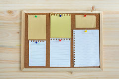 Inzameling van diverse notadocumenten op cork raad Stock Foto