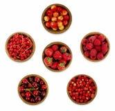 Inzameling van diverse rode bessen Aardbeien, rode aalbessen, kersen, frambozen Stock Foto