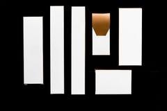 Inzameling van diverse witte en bruine doos en pakketten op zwarte Royalty-vrije Stock Afbeeldingen