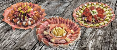 Inzameling van Drie Servische Traditionele Welkome Voorgerecht Smakelijke die Schotels Meze op Oude Gebarsten Houten Picknicklijs Stock Foto's