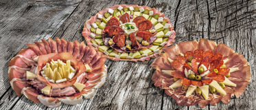 Inzameling van Drie Servische Traditionele Welkome Voorgerecht Smakelijke die Schotels Meze op Oude Gebarsten Houten Picknicklijs Royalty-vrije Stock Foto