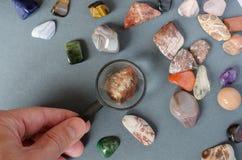 Inzameling van edelstenen op een grijze achtergrond royalty-vrije stock afbeeldingen