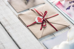 Inzameling van enveloppen of uitnodigingen op wit houten tafelblad Royalty-vrije Stock Afbeelding