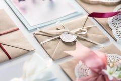 Inzameling van enveloppen of uitnodigingen op wit worden geïsoleerd dat Royalty-vrije Stock Foto's