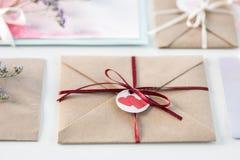 Inzameling van enveloppen of uitnodigingen op wit worden geïsoleerd dat Stock Fotografie