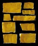 Inzameling van goud gescheurde stukken van document op zwarte achtergrond Royalty-vrije Stock Fotografie
