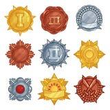 Inzameling van gouden, zilveren en bronsmedailles of kentekens in verschillende vormen Vector vlakke reeks royalty-vrije illustratie
