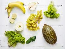 Inzameling van groene groenten en vruchten op witte houten achtergrond Hoogste mening royalty-vrije stock foto's