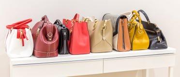 Inzameling van handtassen die zich op een rij bevinden royalty-vrije stock afbeelding