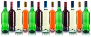 Inzameling van het rood van wijnflessen op een rij op wit wordt geïsoleerd dat Stock Foto