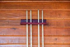 Inzameling van houten richtsnoer of stokken op houten muur royalty-vrije stock afbeelding
