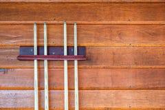 Inzameling van houten richtsnoer of stokken op houten muur royalty-vrije stock fotografie