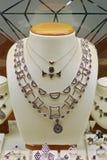Inzameling van juwelen met kostbare gekleurde stenen royalty-vrije stock afbeelding