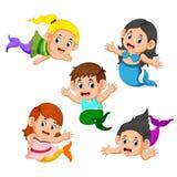 Inzameling van kinderen die meerminkostuums dragen vector illustratie