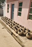 Inzameling van kleipotten die als Matka in Indisch Subcontinent wordt bekend Verwezenlijking, hand royalty-vrije stock foto's